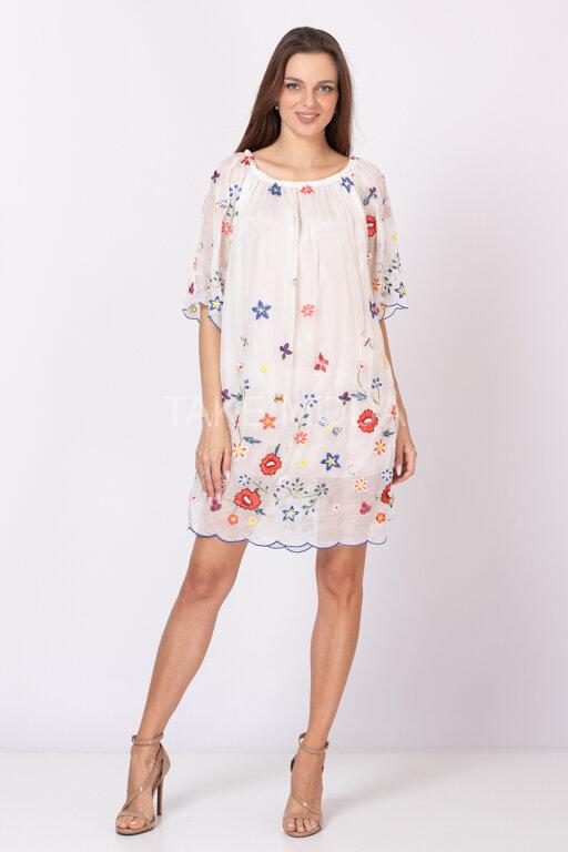 Платье украшенное разноцветным шитьем