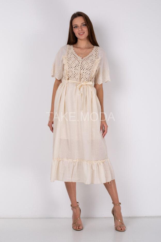 Платье украшенное ажурной вязкой и шитьем