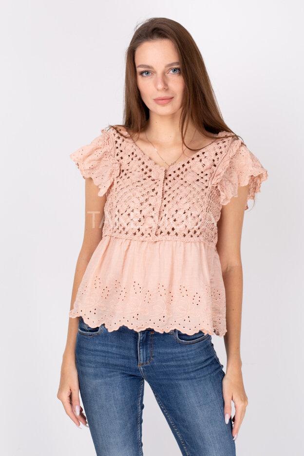 Блузка украшенная ажурным шитьем и вязкой